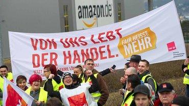 Streikende vor dem Amazon-Logistikzentrum in Bad Hersfeld